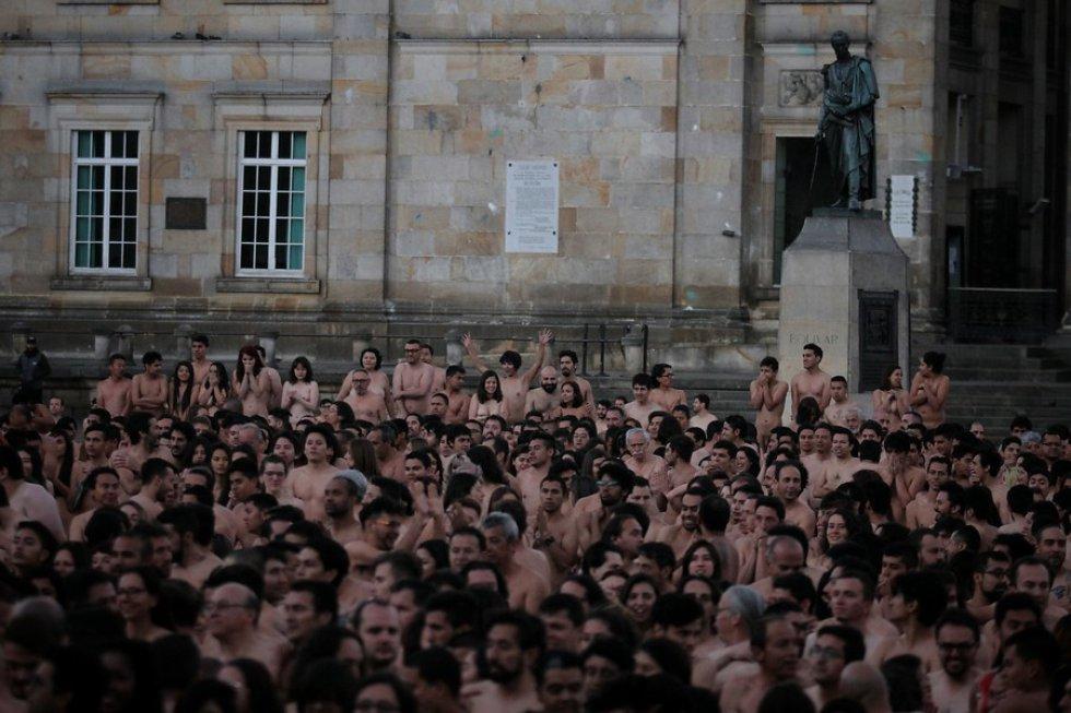 """En su convocatoria, el estadounidense llamó a los colombianos a que se quiten la ropa """"por un futuro mejor"""" para su primera foto de desnudos masivos en Bogotá."""