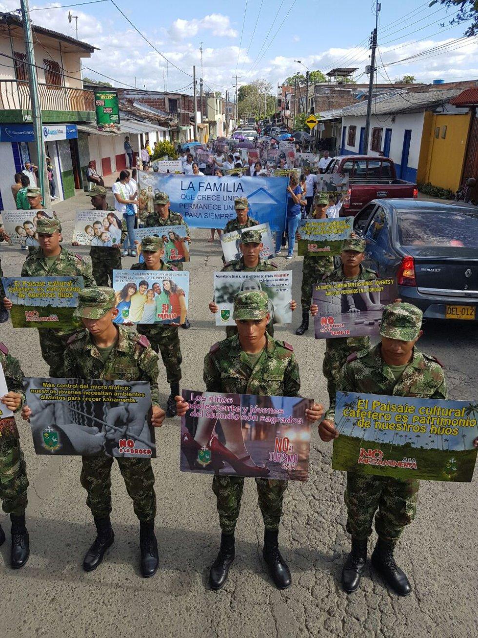 Los soldados también hicieron parte de la marcha por la familia