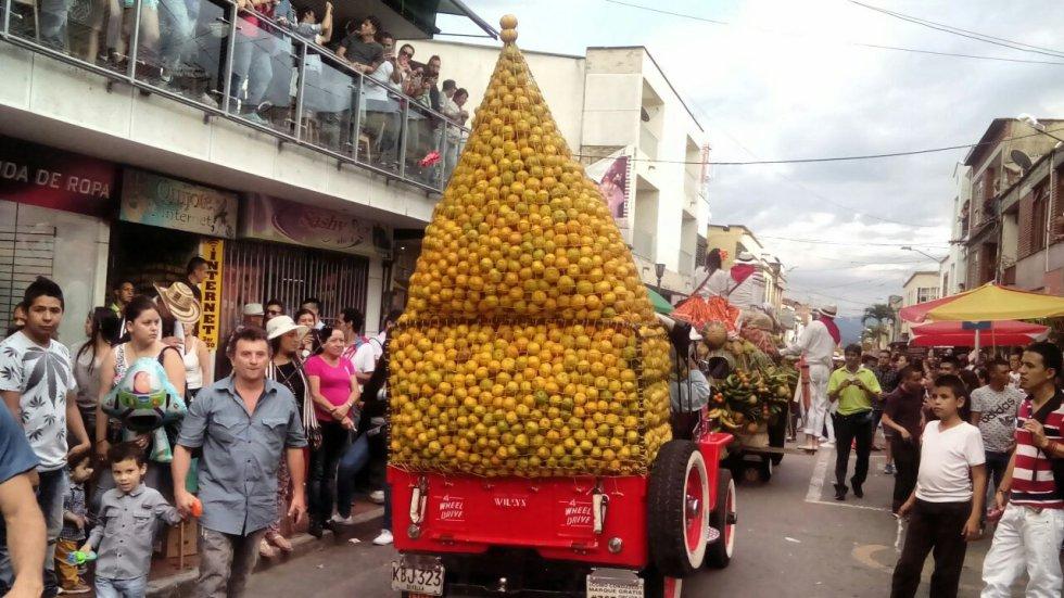 Frutas y trasteos sirvieron para demostrar las capacidades de los carros exhibidos en las fiestas del café.