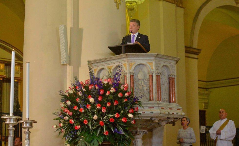 El Presidente Juan Manuel Santos lee el pasaje bíblico de Isaías 43 16-21, durante el Te Deum con que se inició la celebración del Día de la Independencia Nacional, este miércoles en la Catedral Primada de Bogotá.