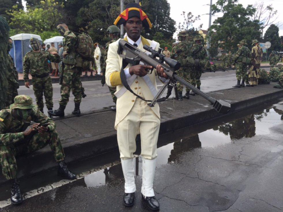 Las caravanas que llevarán a más de 10.000 uniformados de la Policía, el Ejército, la Armada y Fuerza Aérea, que participarán del desfile están listas, ultimando detalles, limpiando llantas y embolando botas sobre la calle 53.