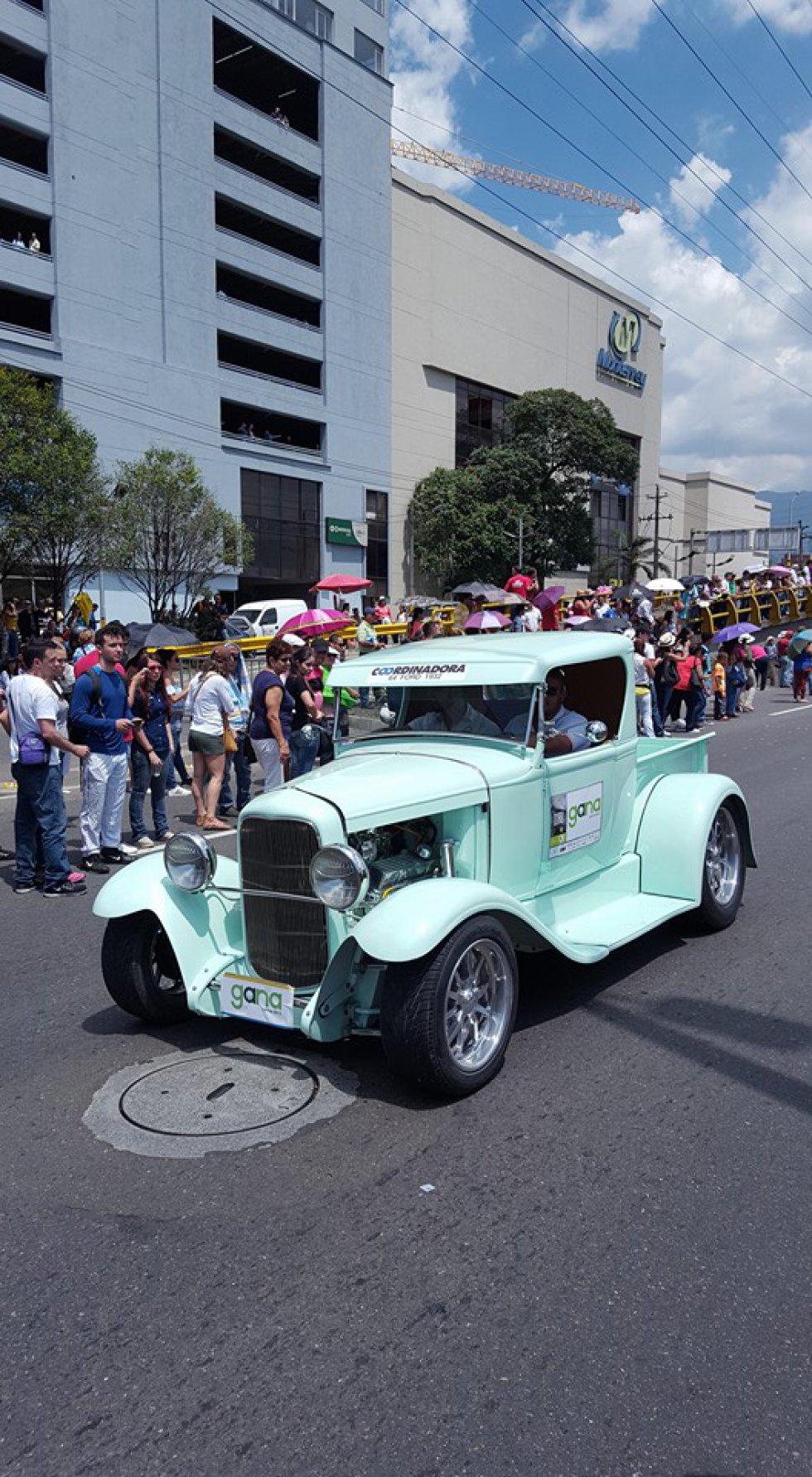 Como es tradición, carros de todas las marcas se ven durante la icónica jornada.