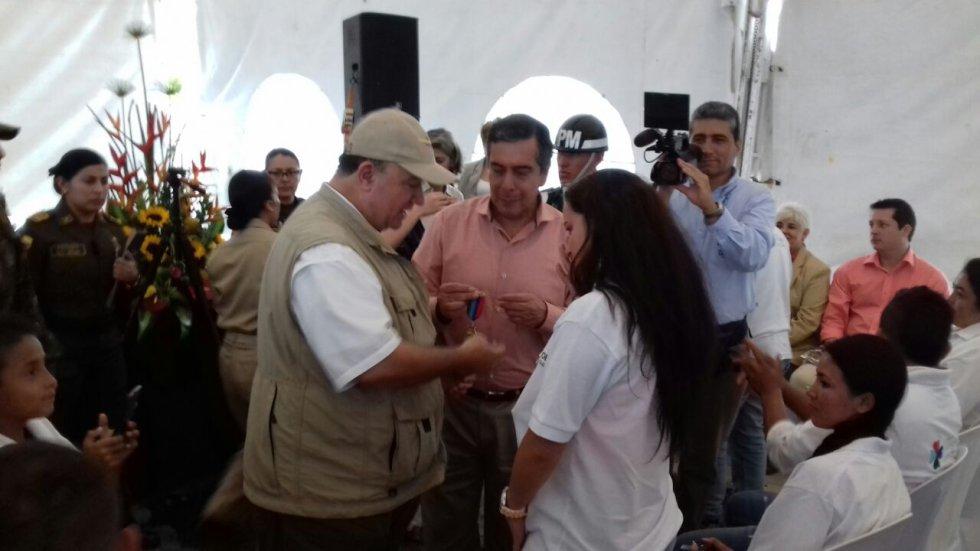 Ministro de la defensa entregando llaves a mujeres viudas de soldados héroes de la patria