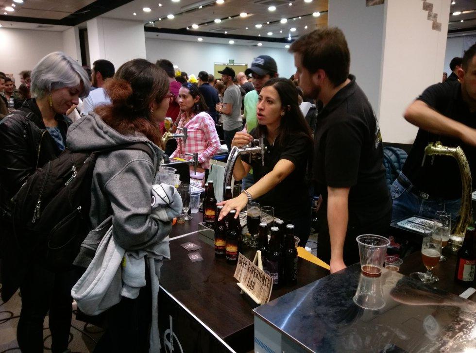 Los asistentes tuvieron la oportunidad de conocer de primera mano a los artesanos y conocer de su voz las características de su cerveza.