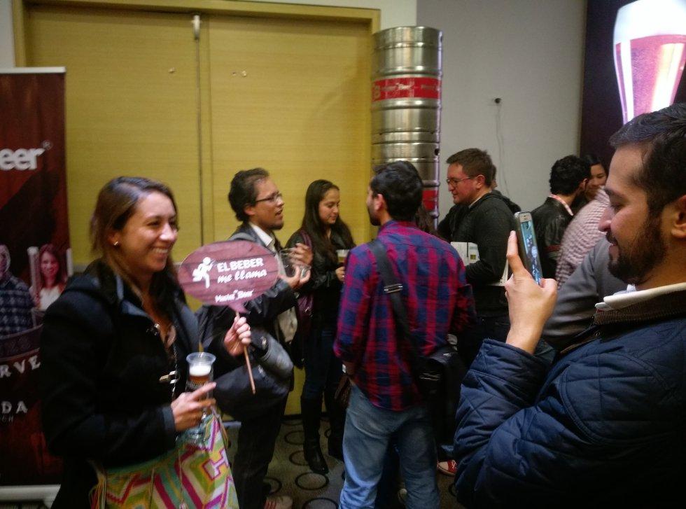 El festival también fue un escenario para compartir entre amigos. Cientos de personas acudieron al evento para probar lo mejor de los sabores cerveceros nacionales.