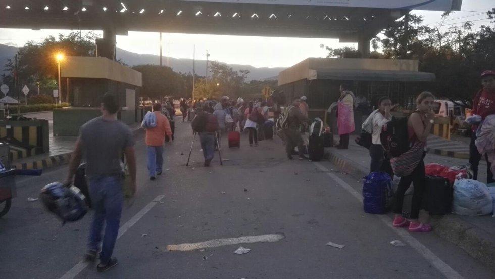 Las autoridades mantienen la presencia en los pasos internacionales y en las trochas fronterizas en medio de las largas filas de venezolanos, en su mayoría que buscan ingresar a su país, proveniente de distintas ciudades colombianas.