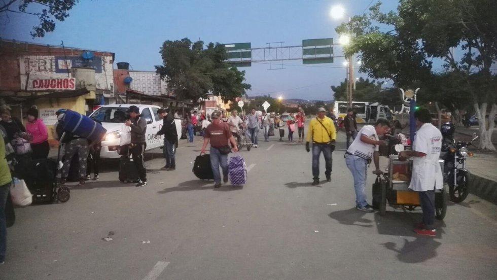"""Los pasos fronterizos permanecen habilitados para los venezolanos que quieran ingresar a Colombia y viceversa, el único requisito para transitar por los puentes internacionales es presentar el documento de identidad """"los venezolanos debemos presentar el pasaporte para ingresar a Colombia"""" señalo, uno de los habitantes del vecino país."""