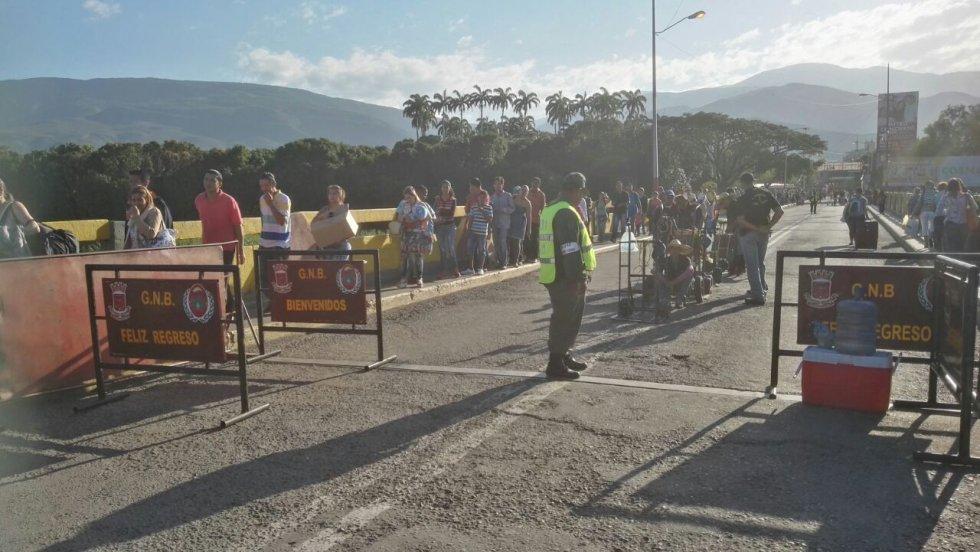 """""""Esperamos que la medida se mantenga que no haya otra eventualidad u otro disparate del presidente Maduro y que en cualquier momento se le dé por cerrar nuevamente la frontera"""" expresó otro de los venezolanos que ingreso a Colombia por el puente internacional Simón Bolívar."""