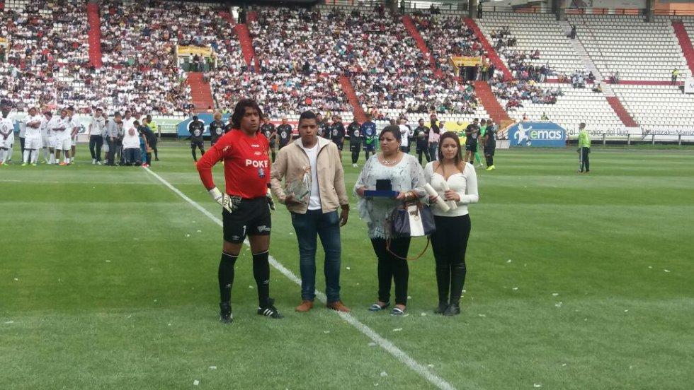Juan Carlos Henao recibió varios reconocimientos en su despedida
