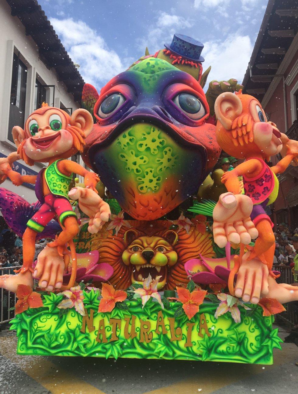 El colorido de las carrozas deleitó a los asistentes al Desfile Magno
