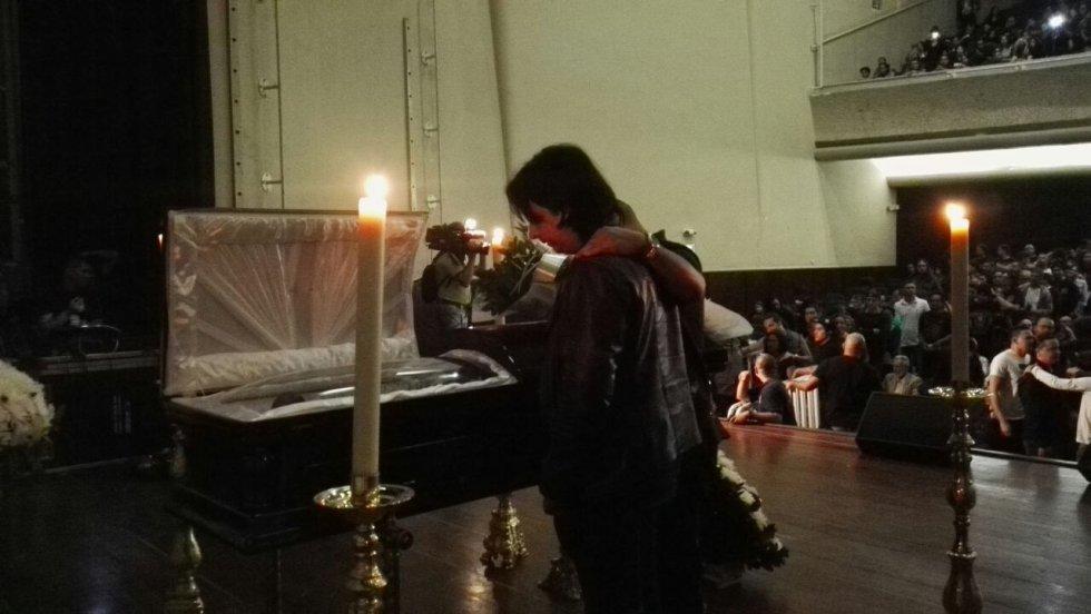 Cientos de fanáticos llegaron hasta el teatro dispuesto para la velación de Ramírez.