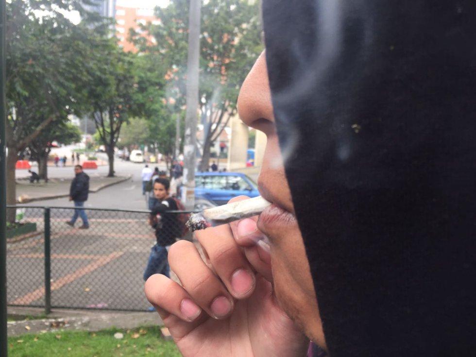 Los asistentes protestan contra el artículo del nuevo Código de Policía que multa a quienes sean sorprendidos fumando sustancias como la marihuana.