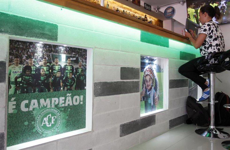 """Juan David Pemberty y Verónica Peña, dos colombianos amantes del fútbol e hinchas de Atlético Nacional, abrieron hace unos días """"Chapecoense, café-bar"""", un espacio que rinde tributo al equipo que por el accidente aéreo del 28 de noviembre."""