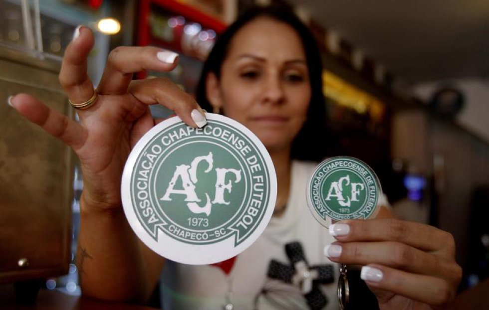 En los planes de esta pareja de esposos nacidos en Medellín estaba la apertura de un bar futbolero a pocos días de la final de la Sudamericana, pero ese proyecto fue suspendido por la tragedia que dejó 71 víctimas mortales y seis sobrevivientes.