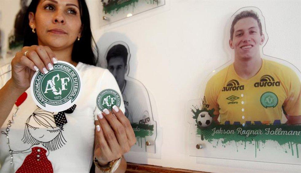 De entrada, impacta el mural con imágenes en blanco y negro del técnico Caio Júnior y los 19 jugadores que perdieron la vida en el accidente.