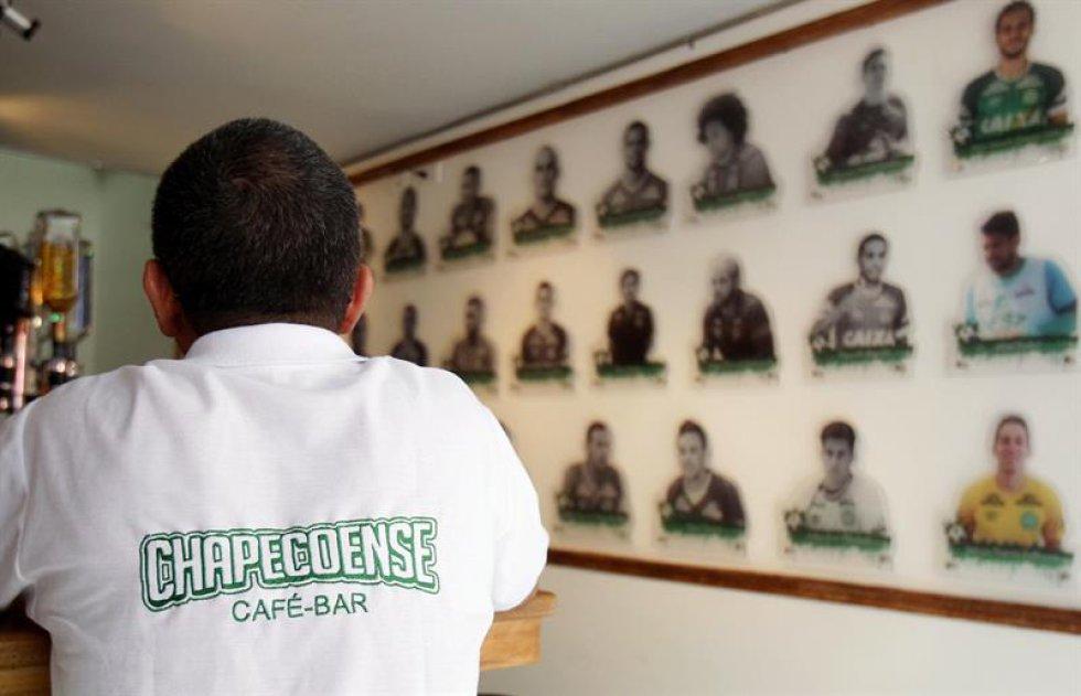 Junto a ellos y un escudo iluminado del club, en color y como símbolo del milagro, aparecen las fotos de Helio Neto, Alan Ruschel y Jackson Follmann, los futbolistas que sobrevivieron al accidente.