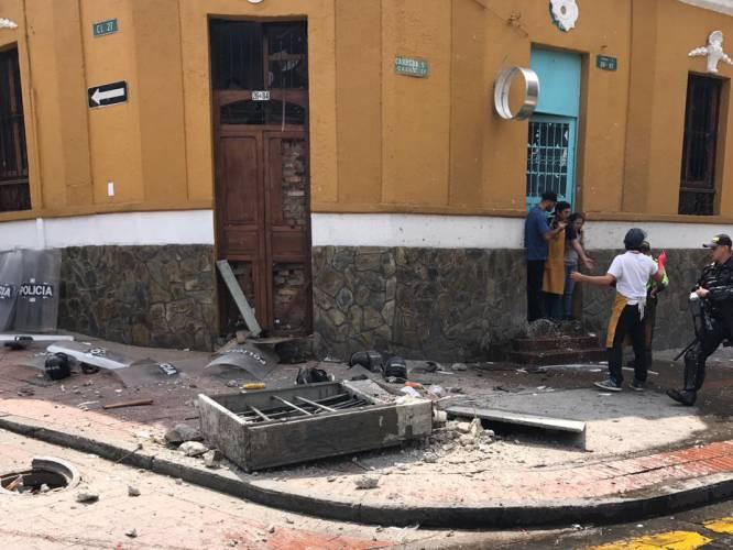 En la esquina estaban ubicados los policías del Esmad que prestan servicio por las corridas de toros de la Plaza La Santamaría