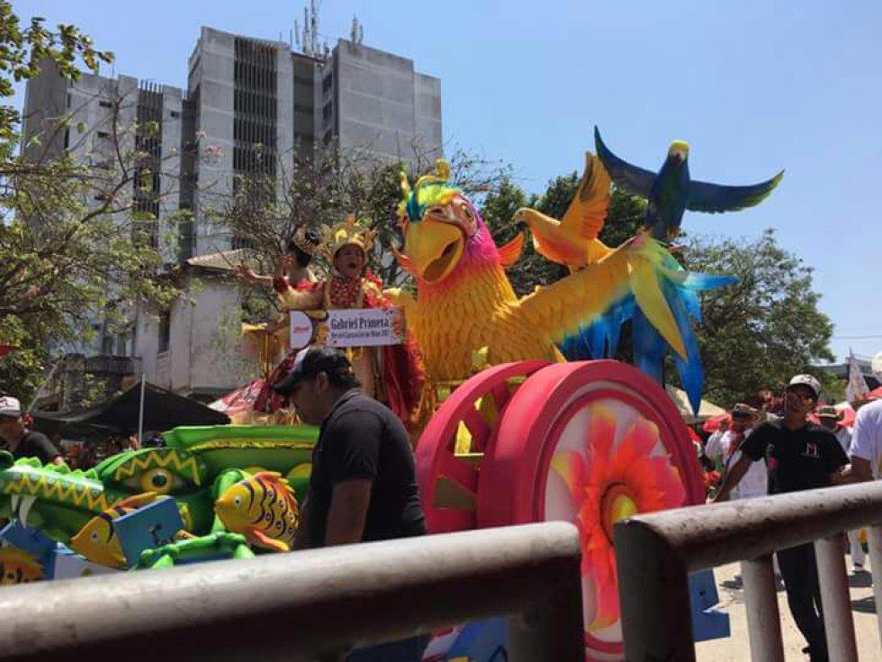 Carrozas y comparsas en el desfile infantil del carvanal