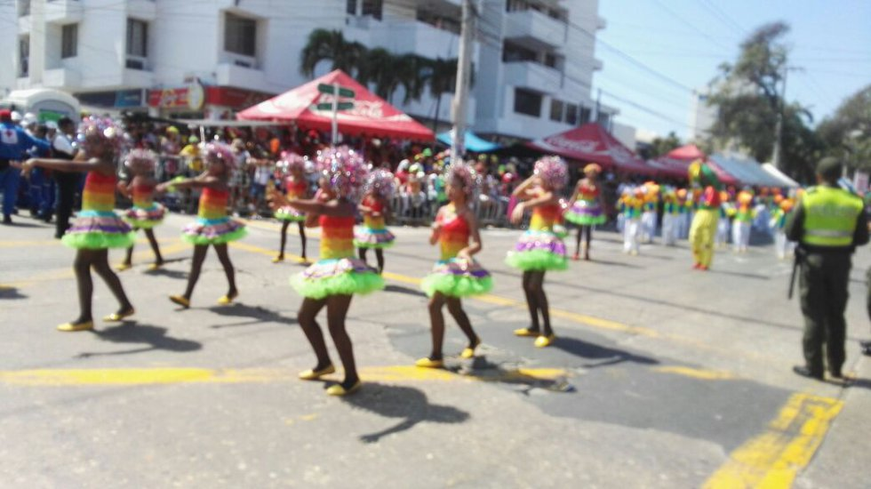 Los niños recorrieron la calle haciendo parte de coloridas comparsas