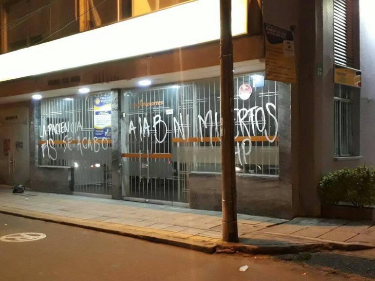Atletico Bucaramanga Hinchas Protesta Pintaron Las Oficinas Del Atletico Bucaramanga Exigiendo Buen Tecnico Bucaramanga Actualidad Caracol Radio