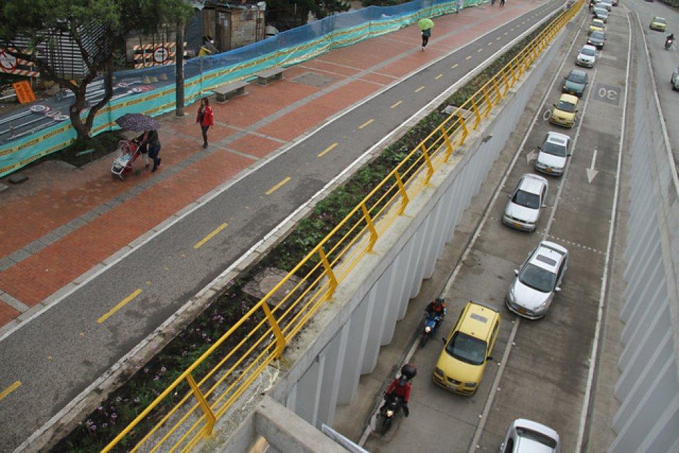 - Se excavaron 300.000 metros cúbicos para los túneles, equivalentes a 20.000 viajes de volquetas dobletroque. - Se construyó el corredor férreo de la Avenida 9ª con el levantamiento de 3 puentes entre las calles 94 y 95.