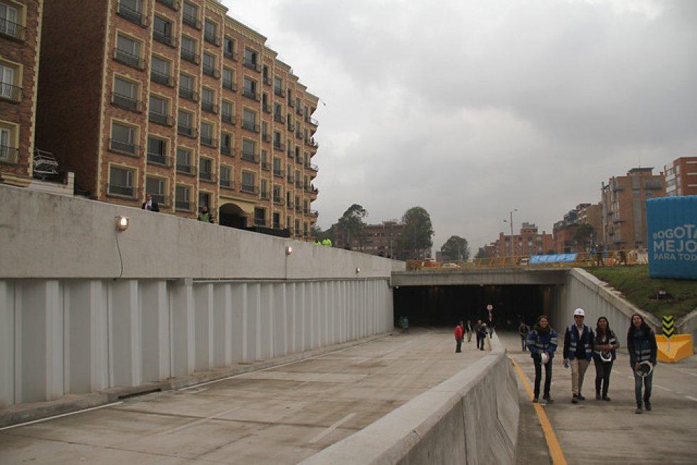 - Se realizó el hincado de los 26.000 metros lineales de tablestaca metálica (pantallas de contención) del paso a desnivel. Esto equivale a una línea recta desde el monumento de Los Héroes hasta Sopó (Cundinamarca). - Se construyó todo el espacio público de 29.000 m2 en ambos costados de la Av. 9ª y el puente peatonal del costado sur de la calle 94 sobre la Av. 9ª. Esto equivale a 4 canchas de fútbol como El Campin.