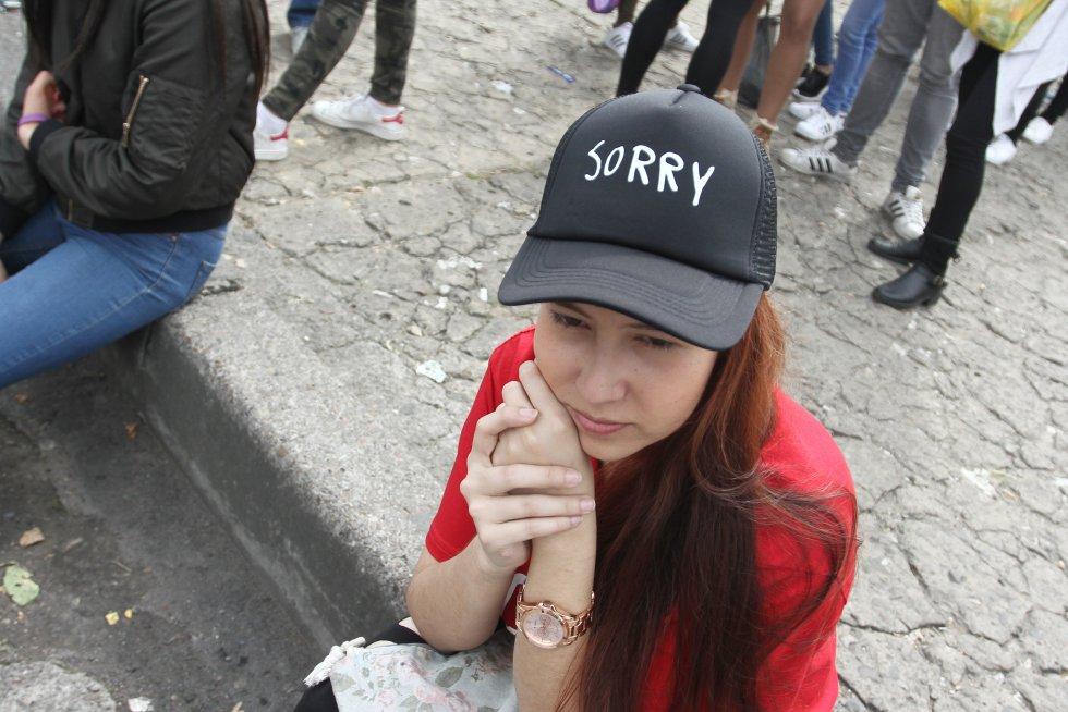 Niños, niñas y adolescentes, la mayoría acompañados de sus padres o hermanos mayores, esperan escuchar todos los éxitos de este cantante que ya hace varios días está en Bogotá.