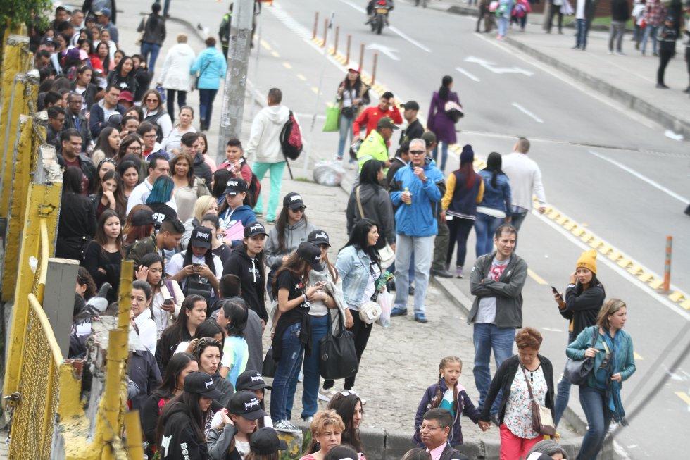 En carpas pasaron la noche decenas de seguidores del cantante Justin Bieber en los alrededores del estadio El Campin, los fanáticos del artista comenzaron a llegar desde la noche del martes para no perderse ningún detalle del evento.