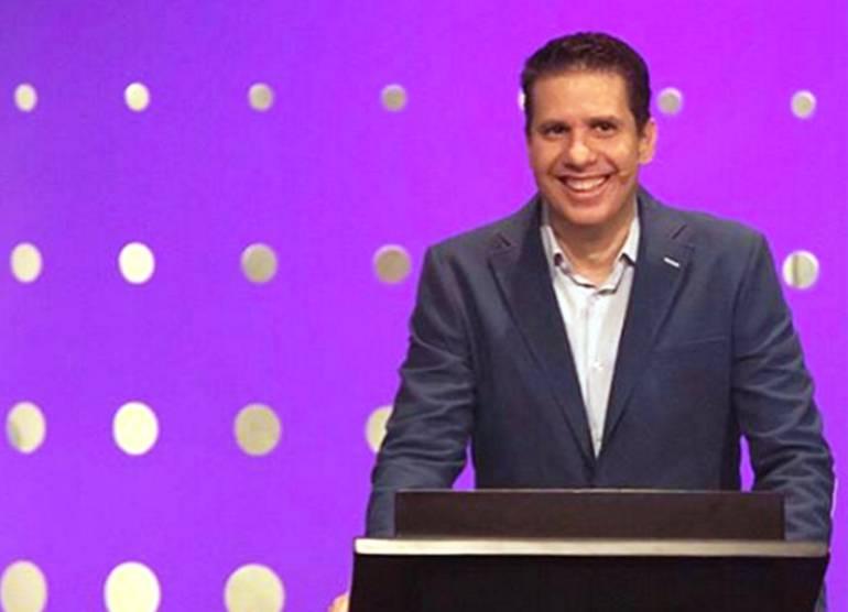 Pastor que pide a sus fieles no dejar de pagar el diezmo para salvarse del coronavirus