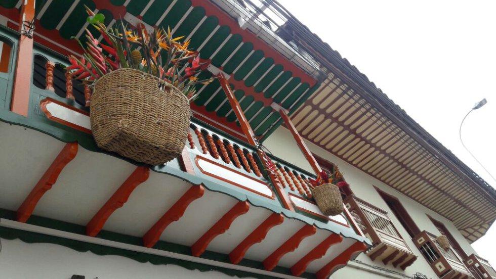 El canasto adorna los balcones en Filandia, Quindío