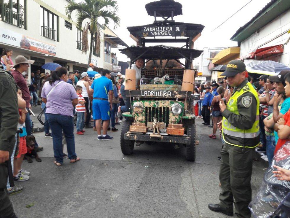 Los oficios también hicieron parte en el desfile con los jeep willys