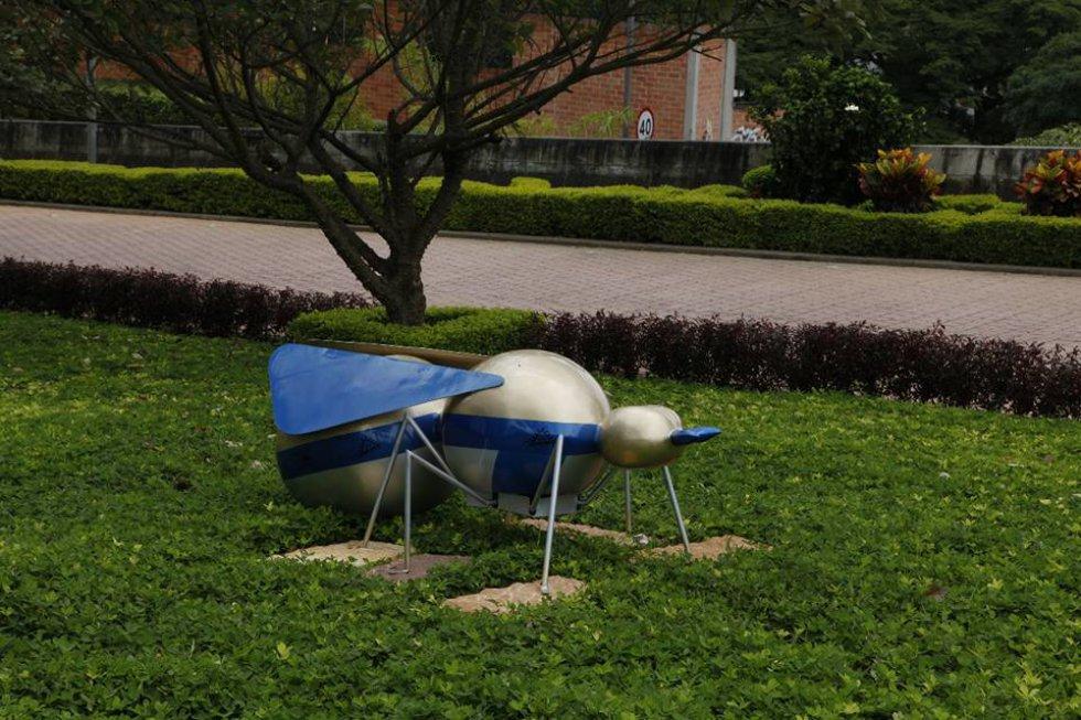 Hormiga Cuchiquira es el titulo de esta escultura de Hormiga Culona restaurada. Es autoría del Maestro Oscar Daniel Pulido Barrera.