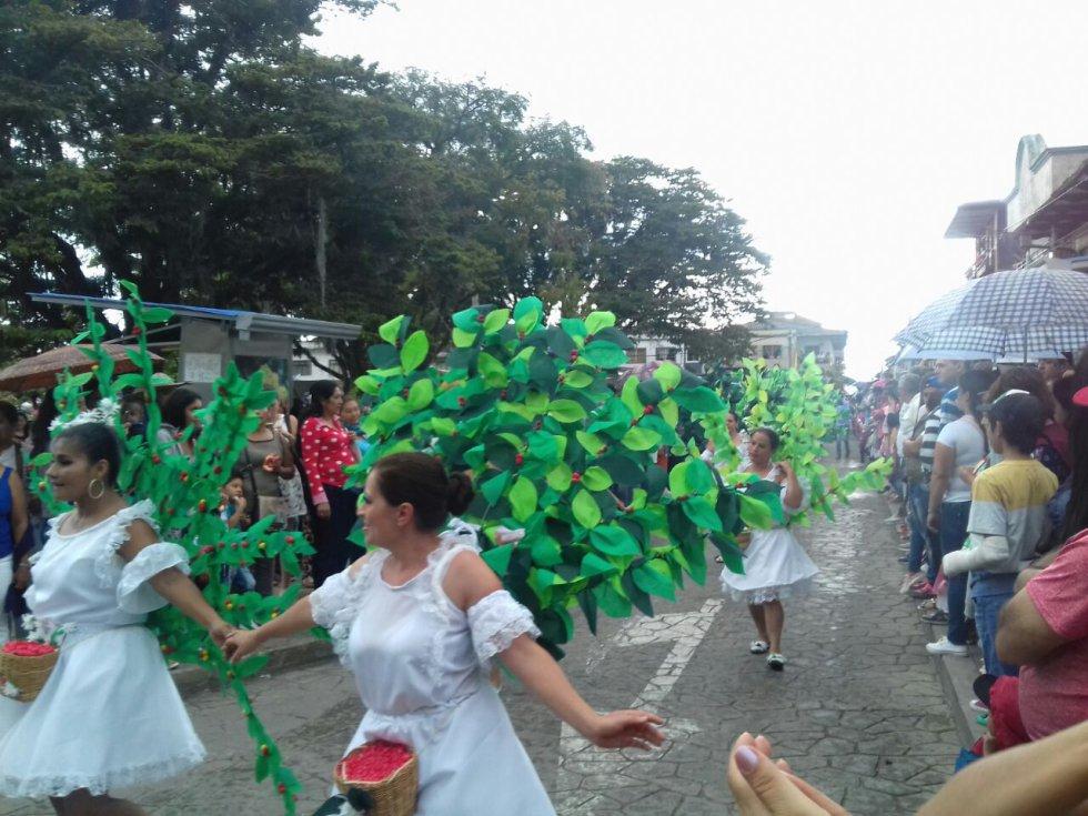 En el desfile se resaltó el verde y la naturaleza de la región