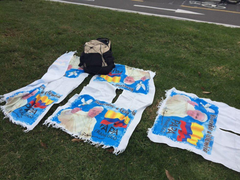 Varios productos relacionados con la visita del papa Francisco se ven en las calles de Bogotá.