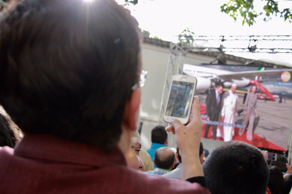 Los bogotanos viven la llegada del papa Francisco a territorio nacional, a través de diferentes medios se han unido a la bienvenida.