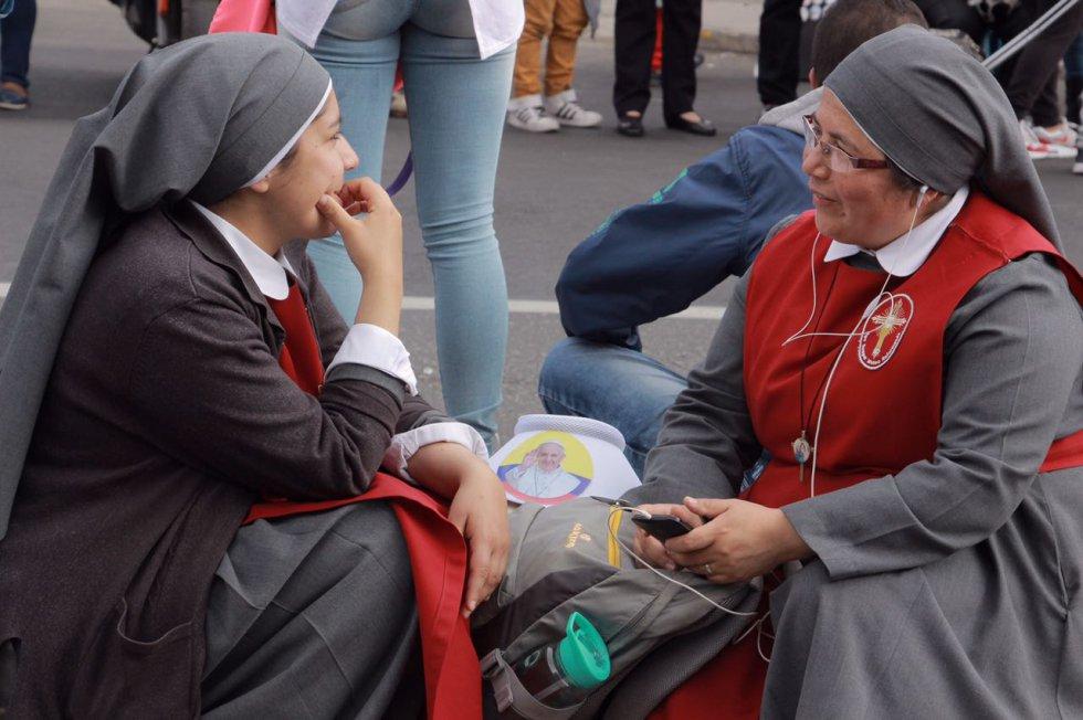 Personas de la comunidad religiosa se reunieron en Teusaquillo para esperar al papa Francisco
