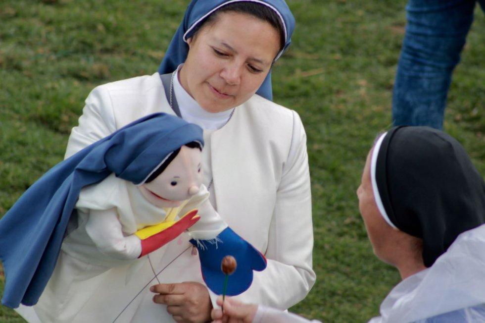"""Personas pertenecientes a la comunidad religiosa y con otro otro tipo de habilidades se hicieron presentes en la misa homilía. Este fue el caso de la """"monja ventrílocua""""."""