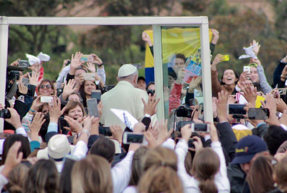 Los celulares fueron la herramienta predilecta de los feligreses para captar la visita del papa al parque.
