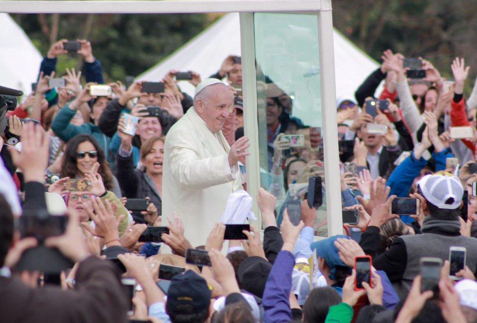 El papa Francisco llegó Simón Bolívar, pero antes de iniciar la eucaristía decidió recorrer el parque y saludar a los feligreses.