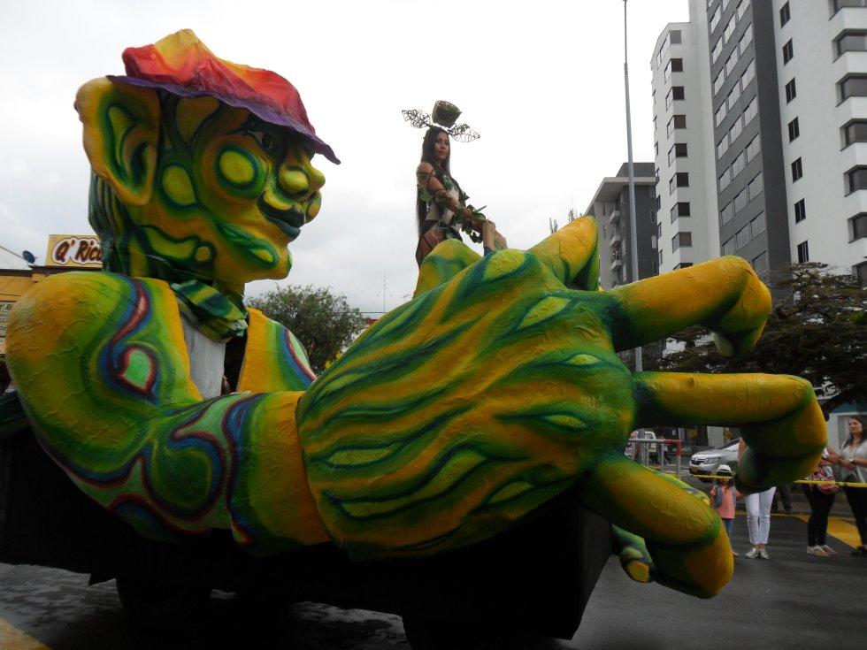 El Mohán  acompañó la carroza de una de las candidatas al reinado de la chapolera