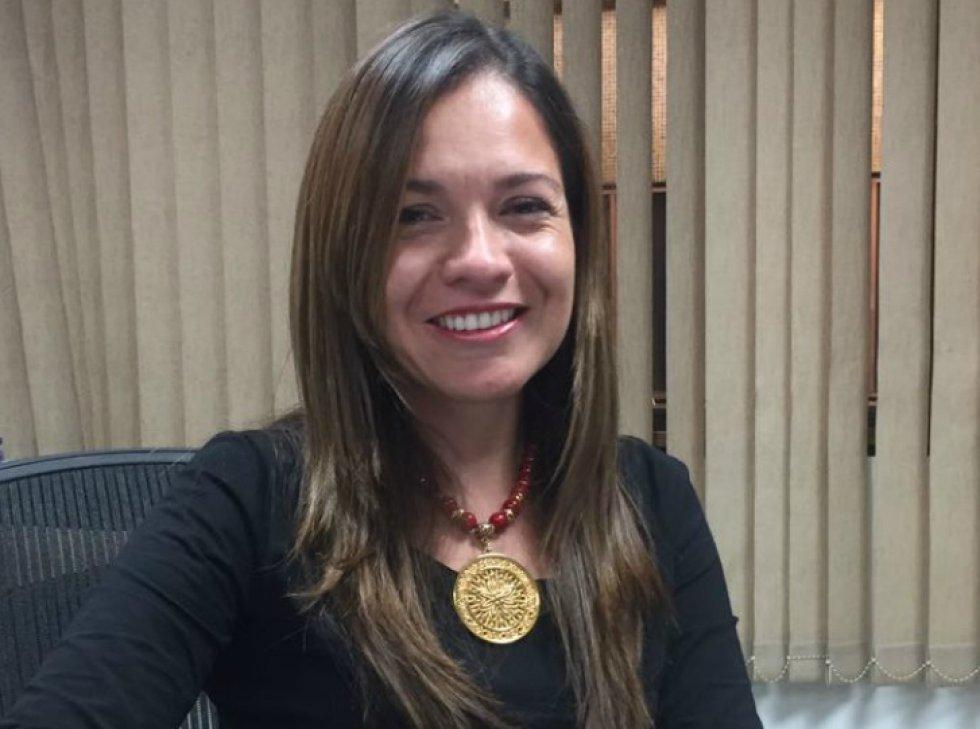 La subdirectora de Vanguardia Liberal escribió todos los domingos columnas cargadas de denuncias. Algunas de ellas fueron la base para las investigaciones que terminaron con los resultados de la denominada Operación Guane Uno, de la Fiscalía General. Activa en redes sociales, fue reconocida con el premio Simón Bolívar. Es símbolo del coraje de los periodistas colombianos.
