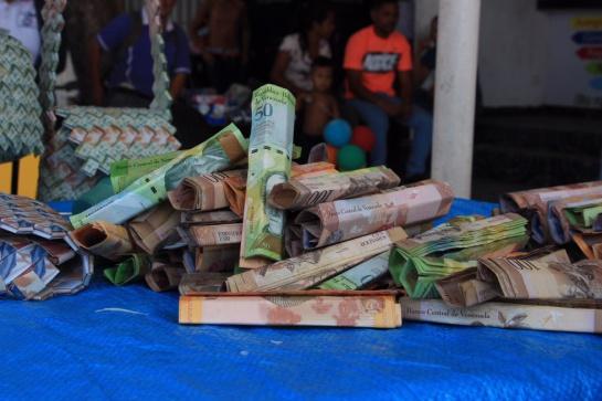 Venezolanos Fabrican Bolsos Con Billetes De Bajas Denominaciones