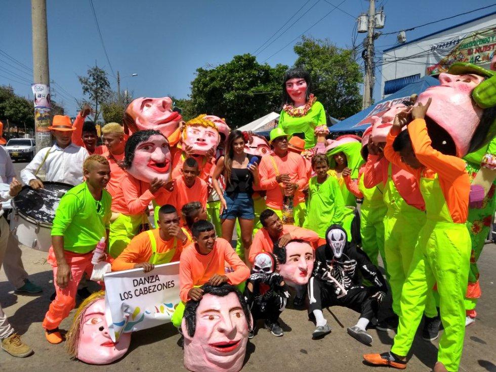 El desfile inició al mediodía de este domingo y es liderado por la soberana de las fiestas, Valeria Abuchaibe, a quien los carnavaleros han destacado su entrega y humildad con el pueblo barranquillero.