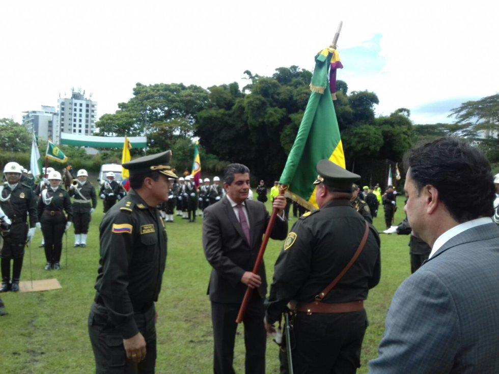 Gobernador del Quindío entrega la bandera del departamento al nuevo comandante de la policía