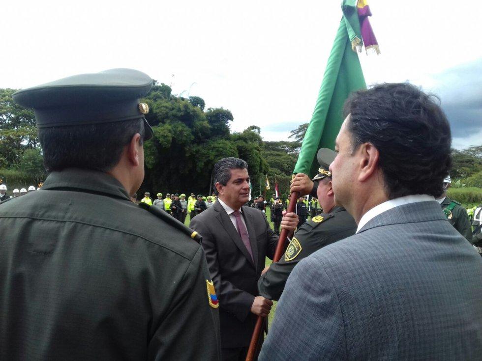 Coronel Hernando Benavides recibe la bandera del departamento del Quindío