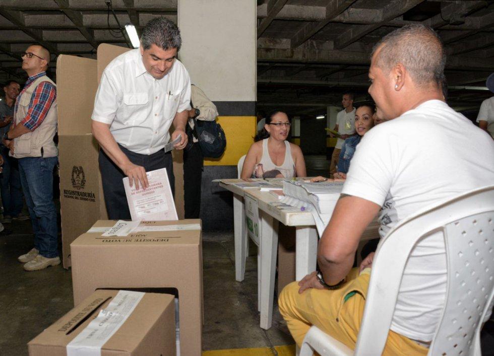 El gobernador del Quindío, Carlos Eduardo Osorio dando ejemplo y votando en el CAM