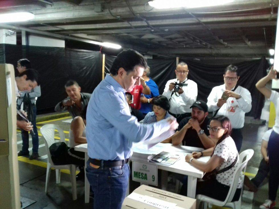 El alcalde de Armenia, Carlos Mario Álvarez dando ejemplo y votando en el CAM