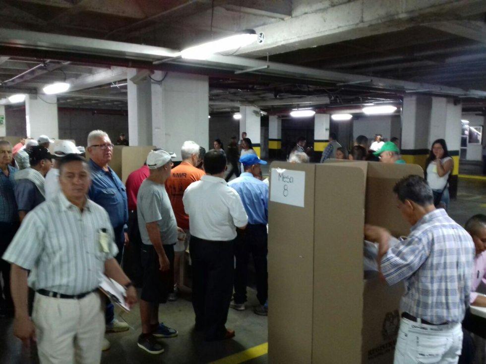 Largas filas en las mesas de votación en el inicio de la jornada