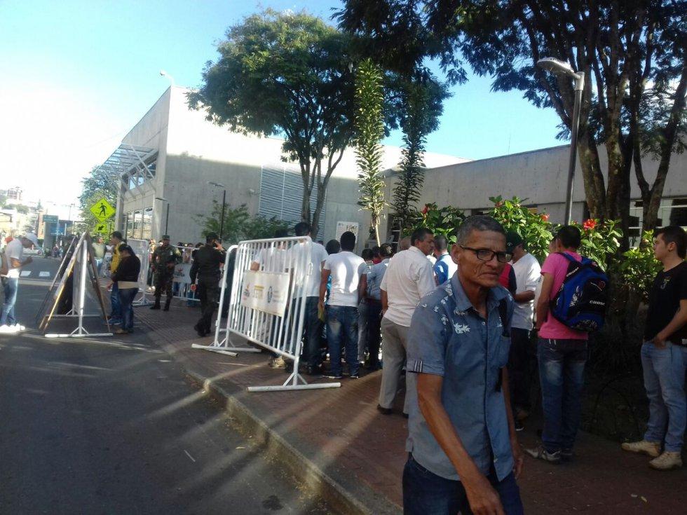 Desde ante de iniciar la jornada en el CAM ya había filas de ciudadanos
