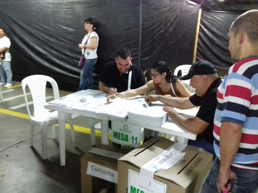 Los jurados de votación cumpliendo con su labor